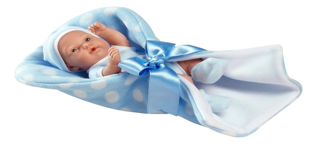 ребенок в синем конверте на белом фоне