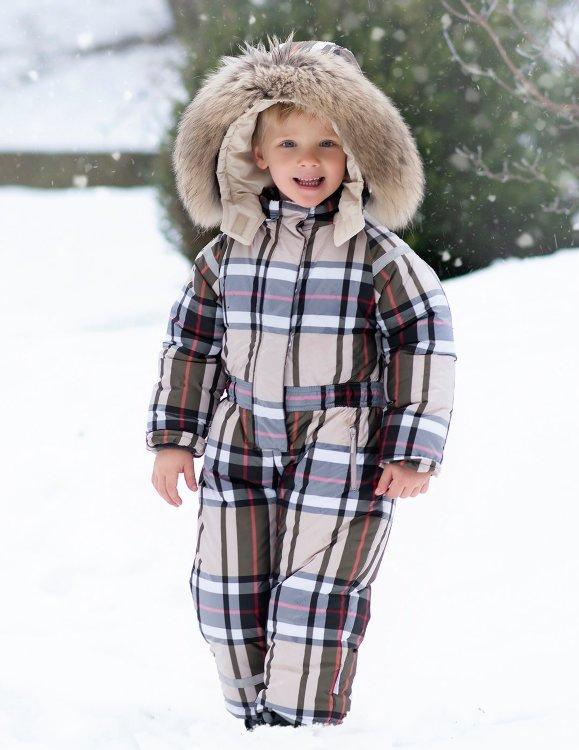 мальчик в детском комбинезоне коричневом