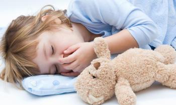 девочка на подушке с игрушкой