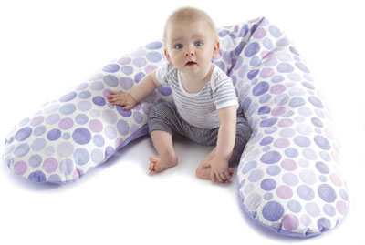 ребенок на большой подушке