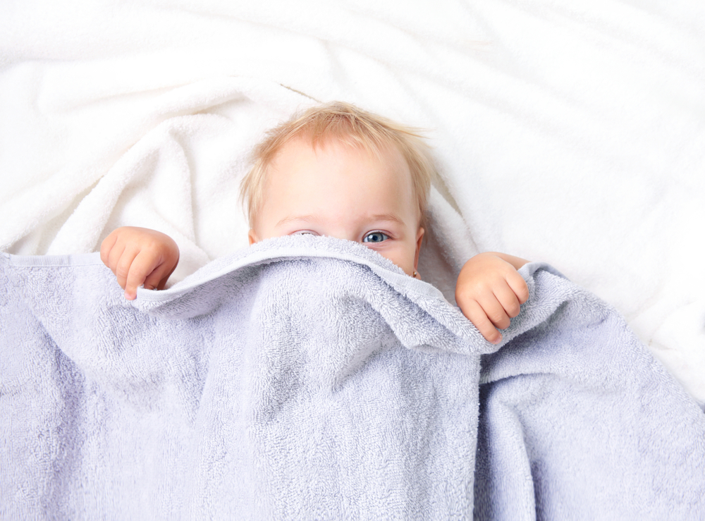 ребенок под сиреневым одеялом