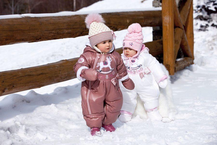 две девочки в комбинезонах