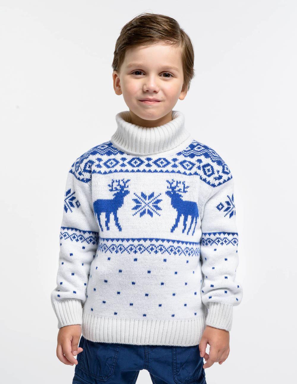 мальчик в белом свитере с синим рисунком
